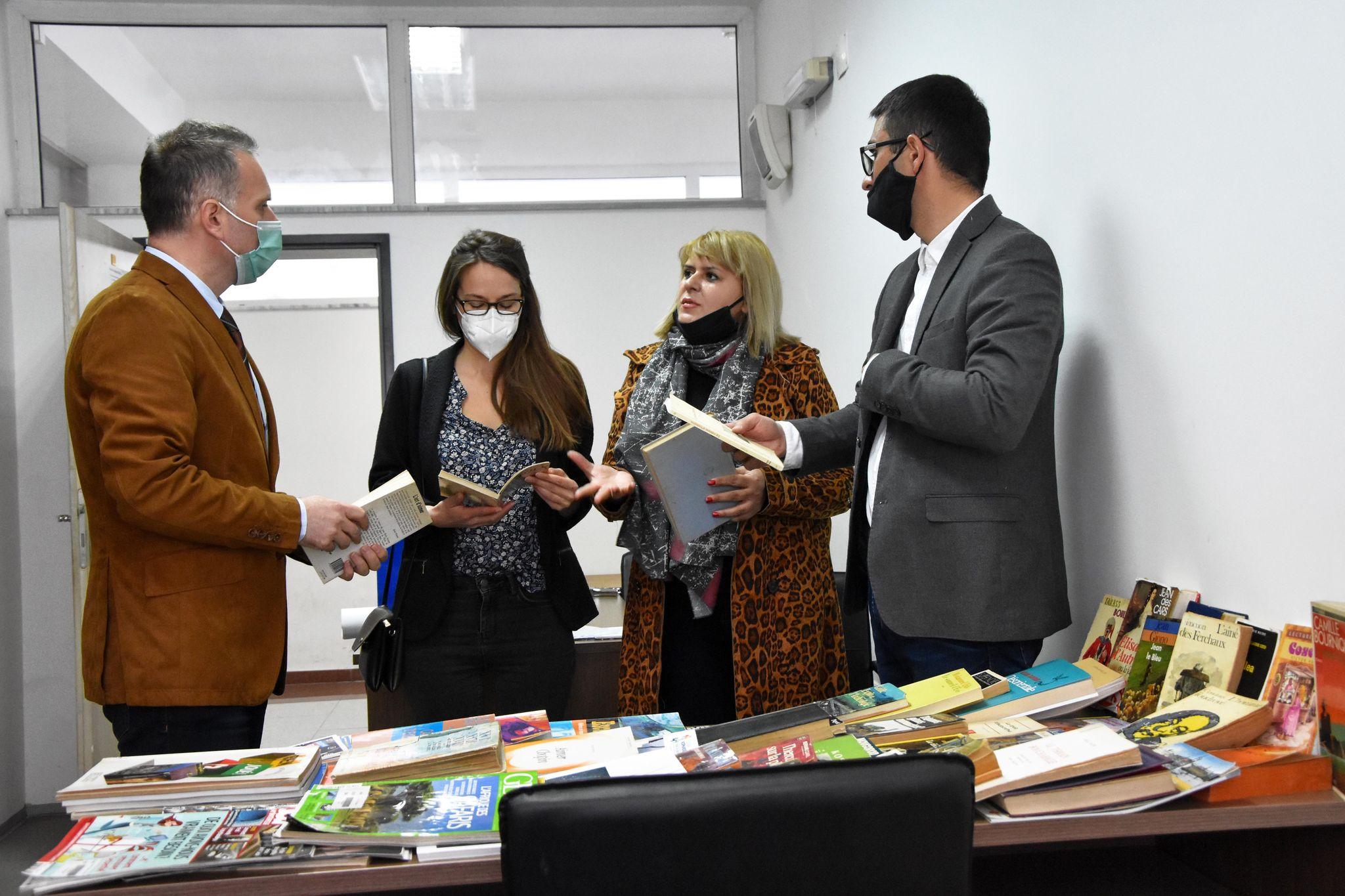 Instituti Francez në Shkup i dhuroi një donacion librash Universitetit të Tetovës
